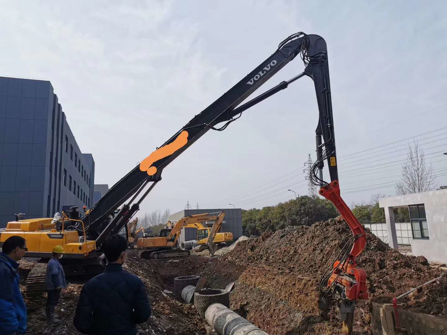 Excavator Volvo 480  Vibro Pile Hammer With Long Boom For9-18 Meter Steel Sheet Pile and Pile Casing